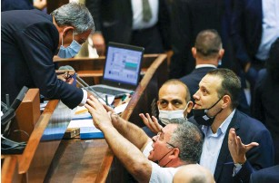 ?? (Noam Moskowitz/Knesset) ?? KNESSET SPEAKER Mickey Levy (left) debates with Likud MKs David Bitan and Miki Zohar in the plenum yesterday after his vote stymied the passing of a coalition bill.
