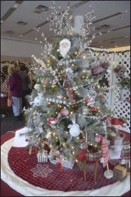 ?? LAUREN HALLIGAN - MEDIANEWS GROUP FILE PHOTO ?? A decorated tree is displayed at the 24th annual Saratoga Festival of Trees in 2019.