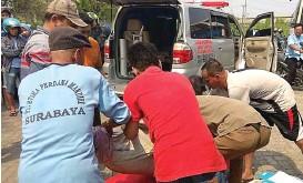 ?? EDI SUDRAJAT/JAWA POS ?? MENINGGAL DI LOKASI: Warga membawa jenazah Nur Chasanah ke RS Anwar Medika.