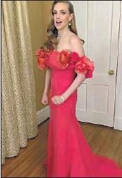 ?? E! Entertainment ?? AMANDA SEYFRIED offers a head-to-toe glimpse of her Oscar de la Renta gown during E!'s preshow.