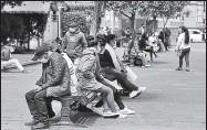 ?? GLENDA GIACOMETTI / EL COMERCIO ?? En Ambato persisten las aglomeraciones en espacios públicos, como las zonas céntricas y cerca del mercado.