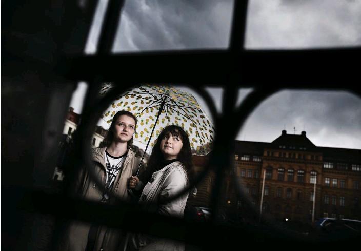 ?? Bild: Robin Aron ?? Lisa Lundström, 18 och Saoen Ali, 18, går på Schillerska.