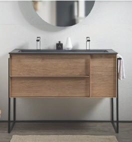 """??  ?? LE PIED LÉGER La finesse de son piétement apporte de la légèreté à ce meuble vasque en mélaminé effet chêne. Pratique, il comprend un porte-serviettes. L. 79 x P. 45,4 x H. 48 cm. """"Urban Madera"""", Acquabella, 1 459 € l'ensemble meuble et plan de toilette."""