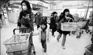 ?? By Paula Bronstein, Getty Images ?? Another crisis arises: As supplies dwindle, people shop Wednesday for food in Ichinoseki, Japan. So far, radiation has seeped into water, raw milk, seawater and various kinds of vegetables.