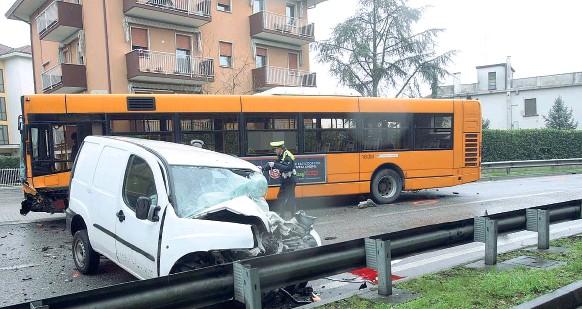 ?? Lunedì nero ?? L'incidente sulla Castellana tra il furgone e il bus è avvenuto all'altezza di Trivignano e ha bloccato la strada per alcune ore (foto Errebi). Poco dopo un altro scontro in tangenziale: un'auto è rimasta schiacchiata tra due mezzi pesanti.