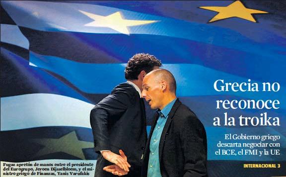 ?? KOSTAS TSIRONIS / REUTERS ?? Fugaz apretón de manos entre el presidente del Eurogrupo, Jeroen Dijsselbloem, y el ministro griego de Finanzas, Yanis Varufakis