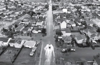 ?? PHOTOS BY MARK FELIX FOR THE WASHINGTON POST ?? ABOVE: The view from a drone after Hurricane Nicholas landed in Galveston, Tex., on Tuesday. RIGHT: Zailey Segura, left, Zavery Segura and their mother, Karen Smith, make their way to a relative's home in Galveston.