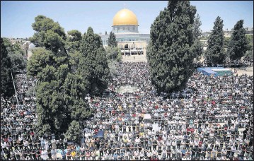 ?? PHOTOS BY THE ASSOCIATED PRESS ?? Worshippers took part in the last Friday prayers of the Muslim holy month of Ramadan at the Dome of the Rock in the Al-Aqsa mosque compound in the Old City of Jerusalem.