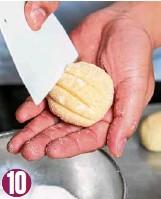 ??  ?? Dip balls in sugar. Create a diamond pattern on each ball.