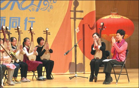 ?? ZOU HONG / CHINA DAILY ?? Pipa player Zhang Hongyan gives a lesson to a group of students at the Forbidden City Concert Hall in Beijing on Feb 20, which is part of the ongoing online music education program organized by the venue.