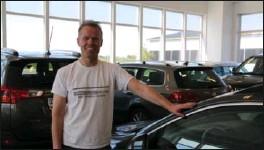 ?? FOTO: MALENE SØRENSEN LUNDBERG ?? Det har vaert fantastisk, sier Rune Høiland ved Farsund bilomsetning om bruktbilsalget i sommer. Utfordringen er å skaffe nok biler.