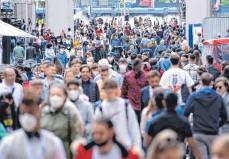 ?? FOTO: SVEN HOPPE/DPA ?? Viele Deutsche holen angesichts sinkender Corona-Zahlen beim Einkaufen und Ausgehen Versäumtes nach. Deshalb sind Fußgängerzonen wie die in München an manchen Tagen sehr voll.