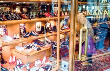 ??  ?? La vetrina sfasciata dal ladro in fuga nella boutique del calzaturificio Mannina di via Guicciardini