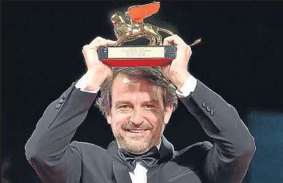 ?? ETTORE FERRARI / EFE ?? Lorenzo Vigas, anoche con el prestigioso galardón del festival más antiguo del mundo