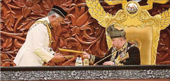 ?? PIC BY MOHD YUSNI ARIFFIN ?? Yang di-Pertuan Agong Sultan Muhammad V receiving the royal address from Prime Minister Datuk Seri Najib Razak at Parliament yesterday.