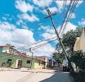 ?? FOTO: EL HERALDO ?? Varios postes del tendido eléctrico se han caído en la ciudad.