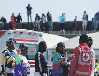 ??  ?? Un gruppo di migranti accolti dalla Croce Rossa nel porto di Catania [LaPresse]
