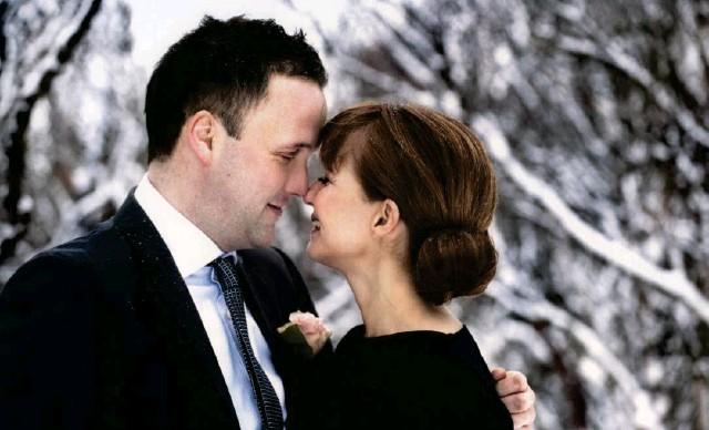 ?? MYNDIR/ AÐSENDAR. ?? Árni og Kolbrún giftu sig 18. desember 2011 með eingöngu þriggja vikna fyrirvara í miðri jólatörn. Veðurguðirnir blessuðu þetta brúðkaup, enda fengu þau stillt vetrarveður og jólasnjókomu.