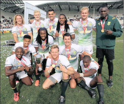 ?? PICTURE: ?? A victorious Saouth African squad takes time to pose for a team photo at the HSBC Paris Sevens, round nine of the HSBC World Rugby Sevens Series.