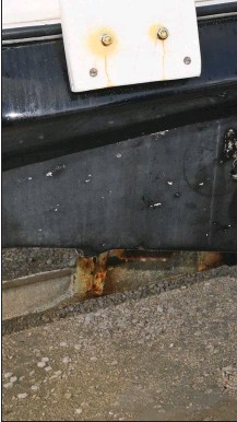 ??  ?? Très exposé à la corrosion, le vérin de trim est un organe qu'il est possible de remettre en état soi-même, à moindre coût.