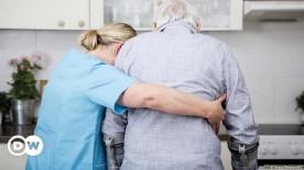 ??  ?? Der Alltag der häuslichen Betreuung in Deutschland: Pflegekraft mit pflegebedürftigem Senior