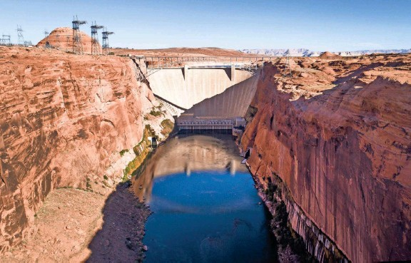 ??  ?? Glen Canyon Dam altered the flow of the Colorado River and turned its ecology upside down. MICHAEL CHOW AND EMMANUEL LOZANO/THE REPUBLIC