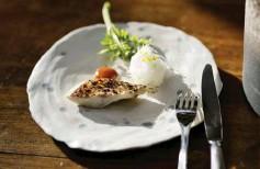 ??  ?? La cuisine d'Alexandre Couillon est une ode à l'iode. Tel son pagre maturé cuit à l'unilatéral au-dessus des braises de pommes de pin et escorté de cheveux d'ange de radis daikon et sommités des pousses, et d'une vinaigrette au miel du jardin, à l'ail et au miso de soja.