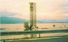 ?? FOTO: MARINA FÖHR ?? Auch die Spundwände um die Baustelle für die Seebrücke haben vor 20 Jahren den Wassermassen nicht standgehalten, sodass die Maschinen und Geräte plötzlich im See standen.