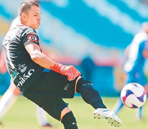 ??  ?? Polémica. Joel Almeida, portero del Firpo, reclamó al árbitro Iván Barton que no cometió penalti en el partido contra el Alianza, el pasado domingo.