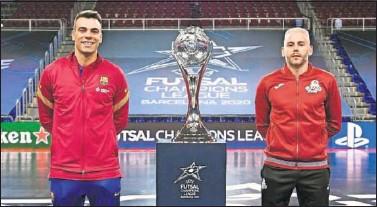 ??  ?? Sergio Lozano y Miguelín, capitanes de Barça y ElPozo, posaron ayer con el trofeo para el campeón.
