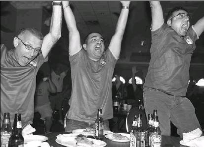 ?? BRUNO SCHLUMBERGER, THE OTTAWA CITIZEN ?? Fans, from left, Frank Pietrantonio, Alfred Karanta and Masoud Yarahmadi revel in the goal that lifted Italy's hopes at Euro 2008.