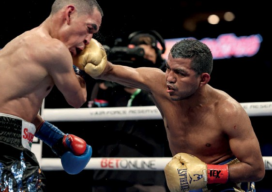 ??  ?? OLD MASTER: Gonzalez cracks Estrada with a right hand