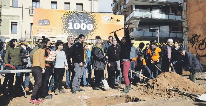 ?? LA COL ?? Socios del proyecto de vivienda cooperativa La Borda celebran el inicio de las obras en un solar en Sants cedido por el Ayuntamiento de Barcelona