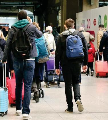 ??  ?? Gare Montparnasse (Paris), hier. Malgré la crise sanitaire, de nombreux voyageurs ont pris le chemin des vacances, en ce début des congés de la Toussaint.