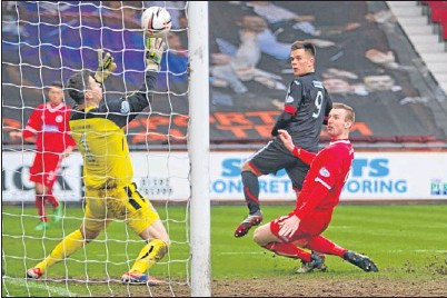 ?? Picture: Craig Brown. ?? Dunfermline striker Lawrence Shankland fires the opening goal past Brechin goalkeeper Graeme Smith.