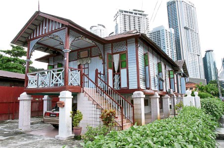 ??  ?? Old and new meet in the courtyard of Rumah Limas where one can see a traditional Malay wooden house against the backdrop of modern skyscrapers.