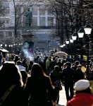 ?? FOTO: HEIKKI SAUKKOMAA/LEHTIKUVA ?? Hundratals helsingforsare som samlats i parker skickades hem av polis under onsdagskvällen. Arkivbild från första maj.