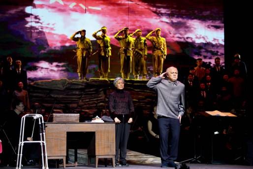 ?? 中国歌剧舞剧院供图 ?? 歌剧《张富清》第六场中,张富清庄重地向台上的烈士们敬军礼。