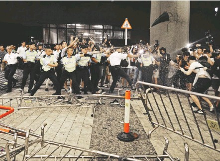 ?? VINCENT YU/ASSOCIATED PRESS ?? Police officers clash with hundreds who refused to leave early Monday after the Hong Kong government permit for the largely peaceful demonstration expired. The city has been shaken by the growing reach of Chinese security forces and erosion of political freedoms.