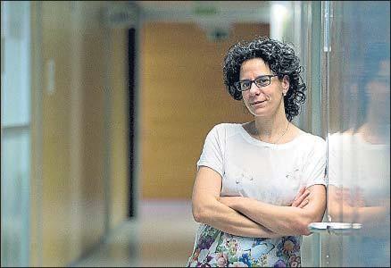 ?? XAVIER GÓMEZ ?? Núria López-Bigas, en el Parc de Recerca Biomèdica de Barcelona