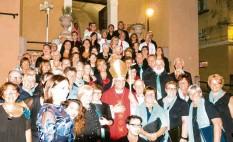 ?? Foto: Werner Erhardt ?? Bischof Ciro Miniero aus Vallo della Lucania umrahmt von den Chören aus dem Bibertal, Vallo und Moio, vorne links Santina de Vita die Gründerin des Musikinstitutes in Vallo, vor dem Bischof sitzend Aniello de Vita Chorleiter im Bibertal und Professor in Vallo.