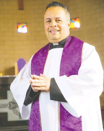 ?? FRANCIS GEORGIAN ?? Father James Hughes of St. Patrick's Catholic parish offers drive-thru confessions.