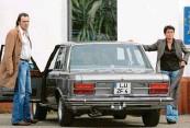 ?? Foto: Uli Deck, dpa ?? Andreas Hoppe fuhr als Mario Kopper zusammen mit Kommis‰ sar‰Kollegin Ulrike Folkerts alias Lena Odenthal im alten Fiat 130.