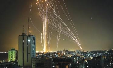 ?? FOTO: © AFP PRIN GETTY IMAGES ?? Rachete lansate din Gaza împotriva Israelului.