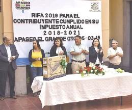 ??  ?? premio a la ganadora./ Nayely Martínez