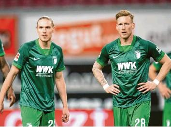 ?? Foto: Tom Weller ?? Die FCA‰Spieler Fredrik Jensen (li.) und André Hahn mit versteinerter Miene. Gegen den VfB Stuttgart zeigte der FC Augsburg eine ansprechende Leistung, verpasste aber einen Punktgewinn.