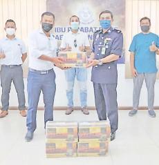??  ?? Haris Tupang (left) presenting the dates to Penampang police chief DSP Haris Ibrahim.