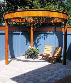 ?? PHOTOS COURTESY OF MONECA KAISER DESIGN BUILD ?? A stargate gives the clients shade while letting them express their love of the arts, especially dance. The blue was a feature inside the home that was carried outside, complementing the cedar.