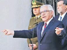 ?? FOTO: ATON ?? ►► El ministro del Interior, Mario Fernández, ayer, dando a conocer las medidas de Carabineros.