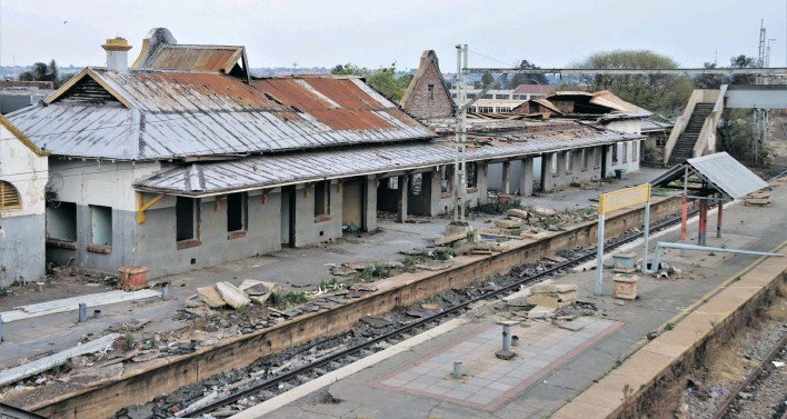 ?? Photo: David Edwards ?? Vandals and criminals have destroyed Roodepoort Main Station in the west of Johannesburg.